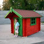 mały drewniany domek dla dziecka
