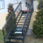 metalowe schody ze zdobieniami