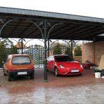 duża zdobiona wiata z metalu na auta - parking