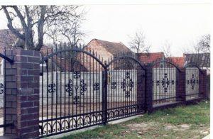 ogrodzenie metalowe i brama z metalu