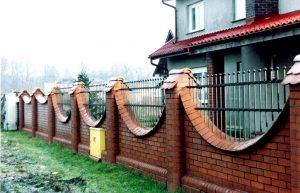 metalowe elementy ogrodzenia murowanego