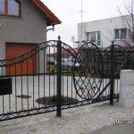 ciekawe ogrodzenie z metalu - brama