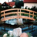 ładny mostek nad oczkiem wodnym