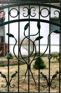 motyw kwiatowy na ogrodzeniu metalowym