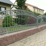 długie ogrodzenie metalowe