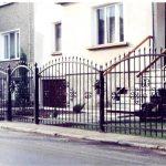 metalowe ogrodzenie bramka i przęsła