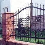 ogrodzenie metalowe z murowanymi słupkami