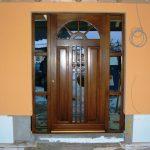 estetyczne drzwi drewniane z przeszkleniem