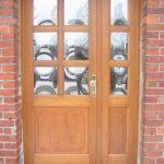 drzwi drewniane z przeszkleniem (okienka)